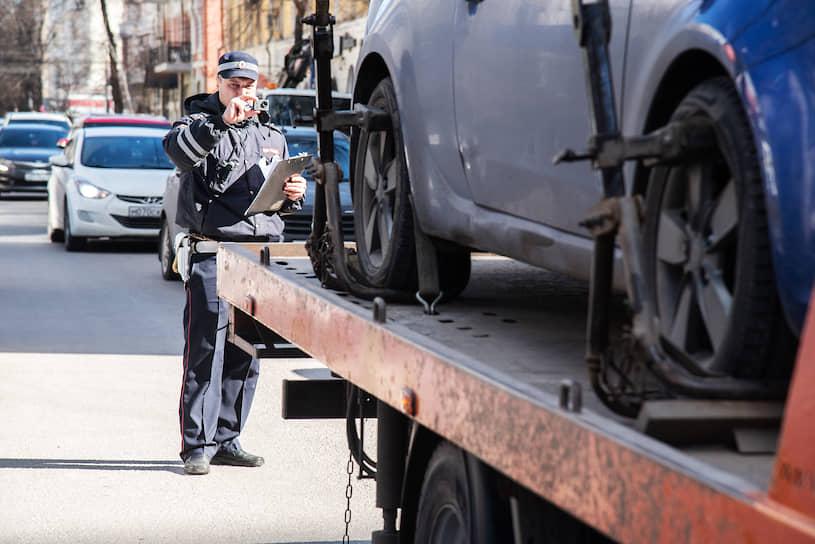Процесс эвакуации контролирует автоинспектор, двери, капот и багажник автомобиля пломбируются