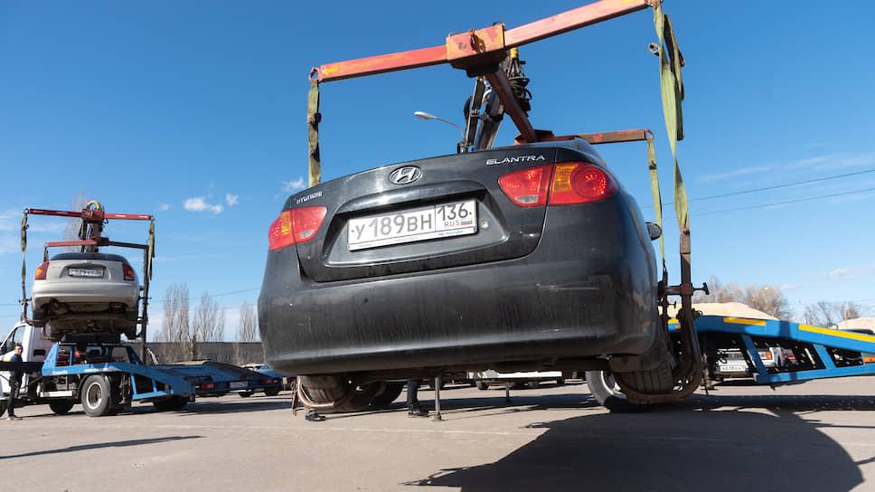 Забрать машину со штрафстоянки можно лишь оплатив стоимость работы эвакуатора и время хранения на стоянке. При ожидании в 2-3 часа в Воронеже эта сумма составляет около 3 тыс. руб.