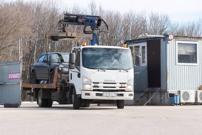 Эвакуаторы отвозят автомобили на штрафстоянки на городских окраинах, для эвакуированных авто в центре это обычно стоянка на улице Острогожской