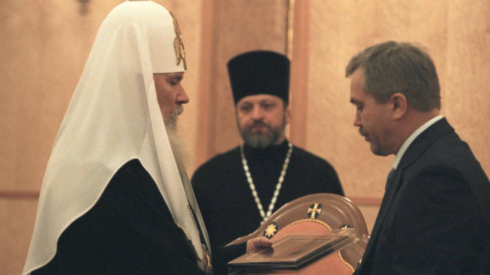 «Мать крестила меня тайно, малышом, уже потом все рассказала. Я, конечно, ничего не помнил. Воинствующим атеистом не был и убежденным верующим тоже. Постепенно происходила внутренняя эволюция. Чем старше человек, тем лучше сознает, что зримым миром управляет незримый. К сожалению, это не все понимают», — говорил Евгений Савченко в интервью ТАСС. На фото ныне покойный патриарх Московский и всея Руси Алексий II (слева) вручает премию Евгению Савченко (справа) на церемонии вручения премии «Губернатор года» в храме Христа Спасителя 4 апреля 2002 года.