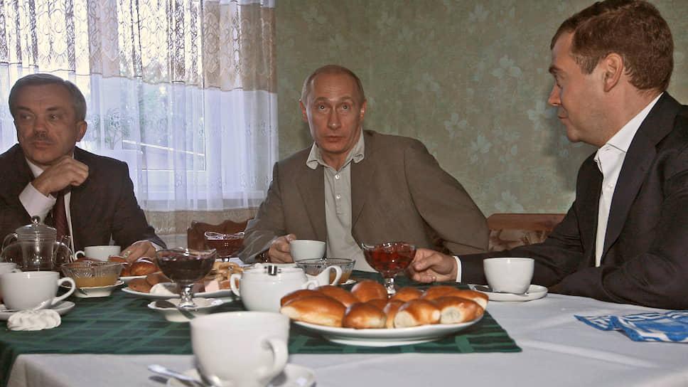 """«Излишняя скромность — верный путь к забвению. Мне ближе другой девиз: """"Подчиняйся без унижения, приказывай без наглости"""". Придумал не я, мысль задолго до моего появления на свет сформулировали русские дворяне. Хотя голубой крови во мне нет, сплошь — крестьянская», — говорил Евгений Савченко, отвечая на вопрос журналиста ТАСС о жизненном кредо. На фото Евгений Савченко (слева), президент России Владимир Путин (в центре) и на тот момент исполняющий обязанности первого заместителя председателя правительства России Дмитрий Медведев в гостях у молодой семьи Юлии и Юрия Сальтевских на хуторе Жданов (Белгородская область) 13 сентября 2007 года."""