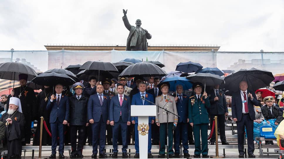 Неизменно за проведением парада наблюдали руководители региона, а также ветераны