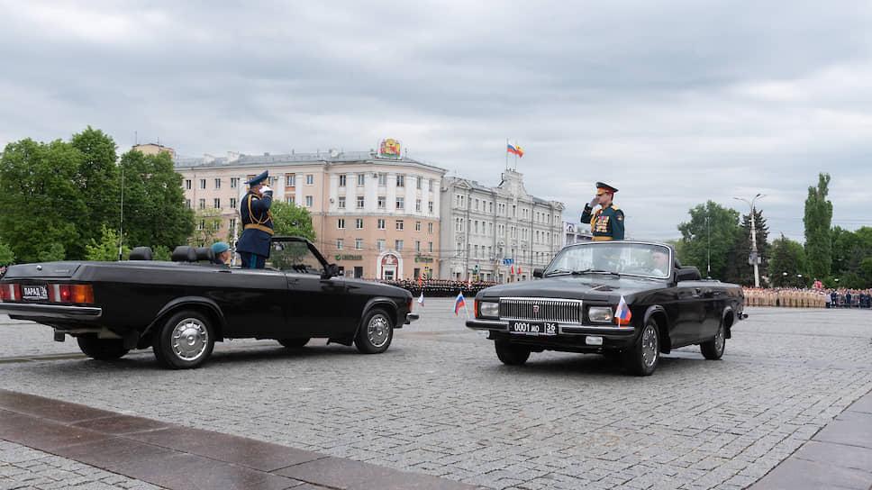 По традиции парад в Воронеже принимал командующий 20-й гвардейской общевойсковой армии, соединения и подразделения которой располагаются в пяти регионах России