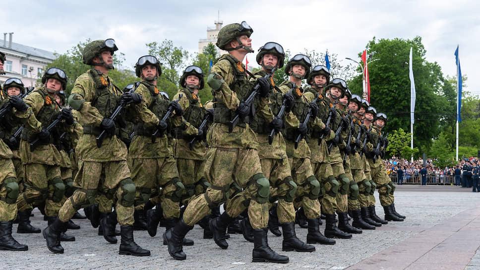 Традиционно в парадах на площади Ленина в Воронеже участвовало около 2 тыс. военнослужащих