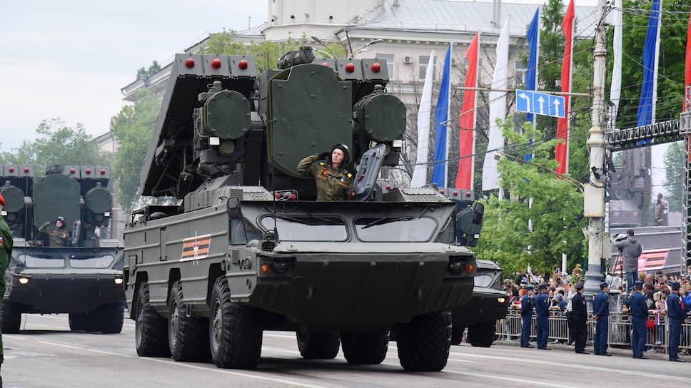 В парадах участвовала техника войсковой противовоздушной обороны, боевые машины сухопутных войск, артиллерия, тактические ракетные комплексы
