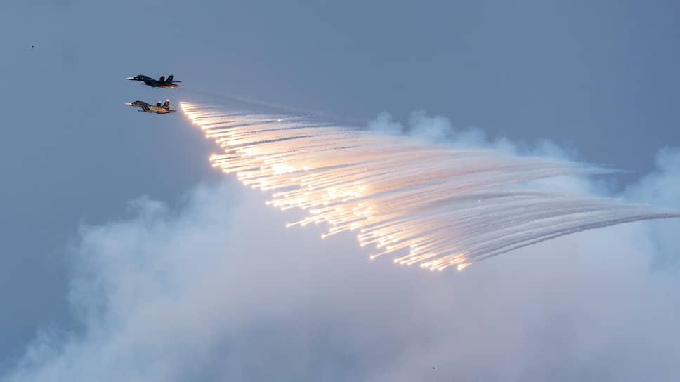 Празднование 75-ой годовщины Победы в Великой Отечественной войне. Фронтовые бомбардировщики Су-34 во время авиапарада в небе над городом.