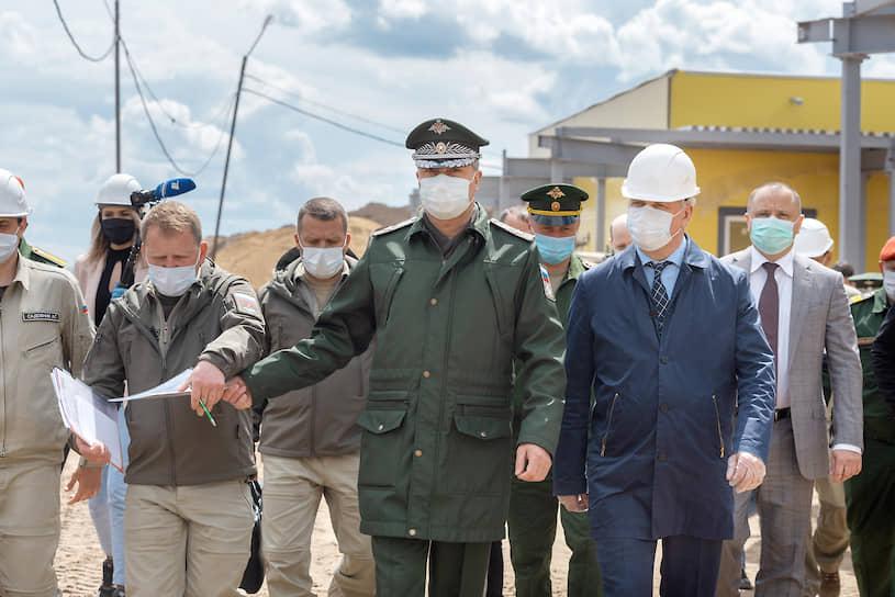Замминистра обороны РФ Тимур Иванов (в центре) отметил, что некоторые работы даже идут с опережением