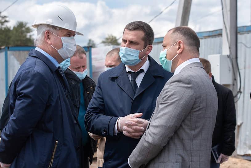 По словам губернатор Александра Гусева (слева), основным направлением центра станет инфекционное, но также предполагается использование объекта совместно с БСМП №8