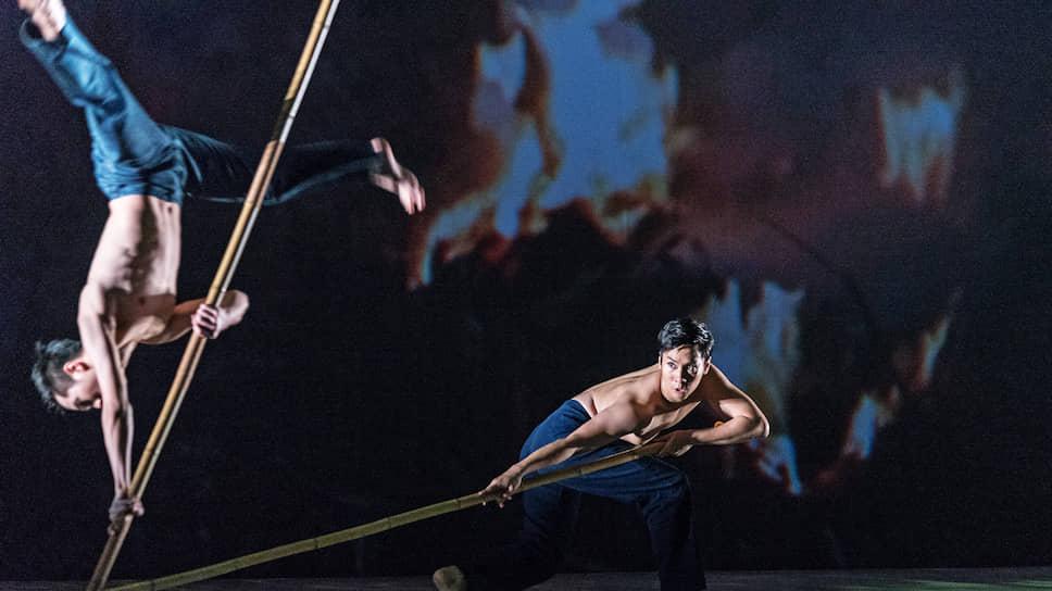 Сразу партнером Платоновфеста стал театральный фестиваль имени Чехова, в рамках сотрудничества с которым в Воронеж приезжают зарубежные исполнители. На фото спектакль «Рис» Театра танца Тайваня Cloud Gate в 2015 году