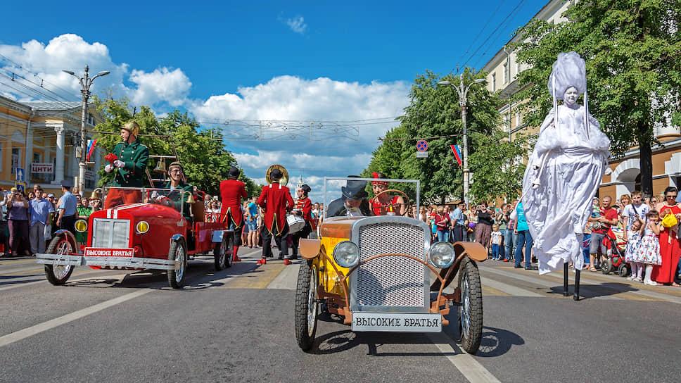 Впервые в 2014 году состоялся бесплатный для зрителей парад уличных театров. Он традиционно проходит 12 июня: по проспекту Революции проходят несколько театров, попутно устраивая представления