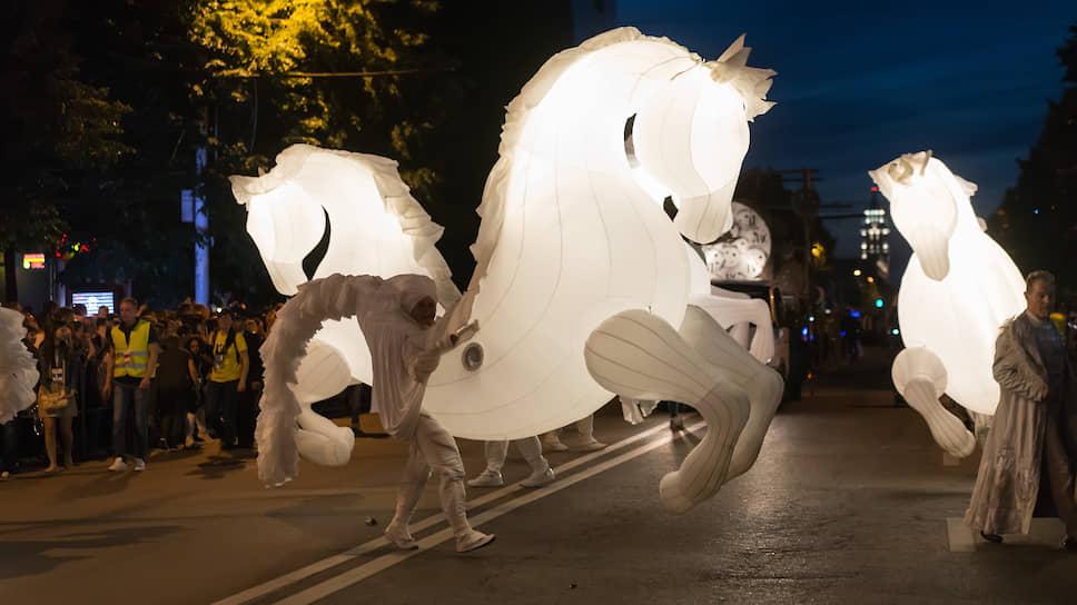 В 2017 году театральный парад впервые прошел не днем, а после заката солнца. Он получил название «Летние огни». В 2019-м дирекция не стала организовывать парад уличных театров, однако намерена вернуть его в 2020-м. Он также планируется на вечер