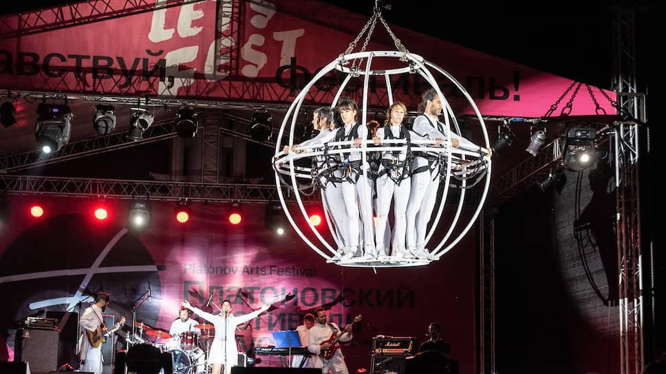 В 2019 году фестиваль открылся на Адмиралтейской площади бесплатным уличным шоу Kaosmos испанского высотного театра Grupo Puja! Такой формат стал одним из пожеланий Александра Гусева, предлагавшего сделать открытие более массовым и ярким