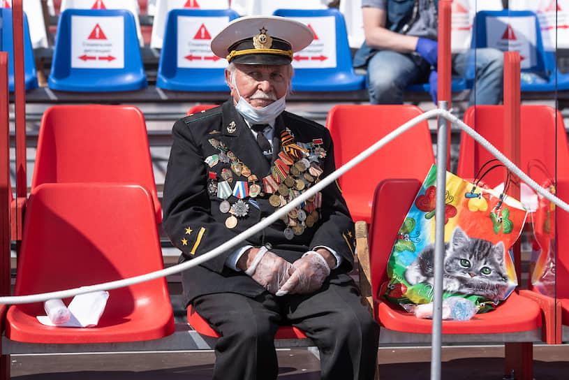 Воронежские власти постарались сделать посещение парада максимально безопасным. Между гостями на трибунах оставалось по два свободных кресла