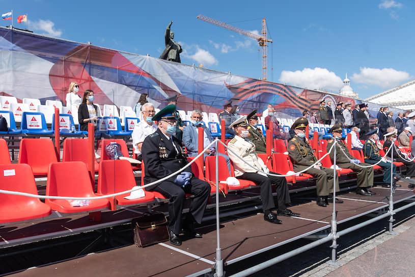 Гости смотрят парад Победы с трибуны на площади Ленина