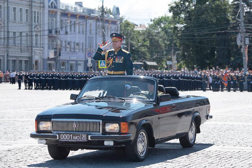 Командовал парадом заместитель начальника Военно-воздушной академии имени профессора Н.Е. Жуковского и Ю.А. Гагарина генерал-майор Александр Нагалин