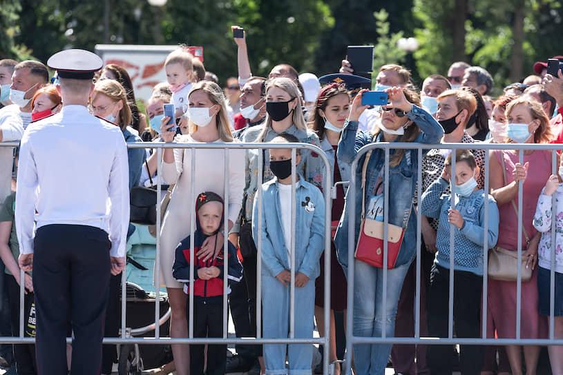 Большинство зрителей не снимали маски во время просмотра парада