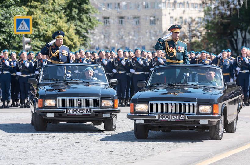 Объезд парадных расчетов проводился на кабриолетах ГАЗ-3102. «Волги» участвуют в воронежском параде второй год, это одни из самых редких автомобилей серийного отечественного производства