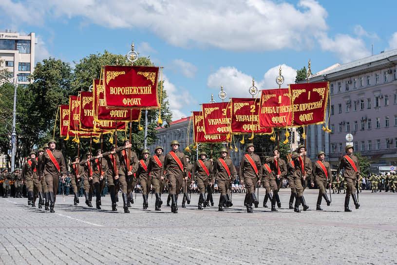 Прохождение знаменной группы со штандартами фронтов