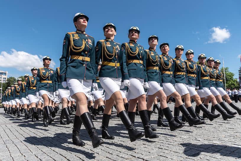 Впервые по площади Ленина прошел расчет военнослужащих-женщин