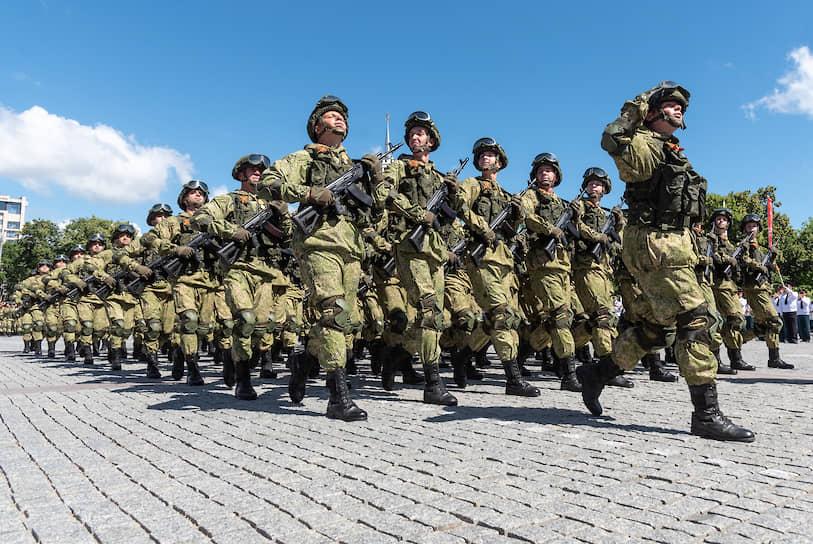 Военнослужащие 20-й гвардейской общевойсковой армии на площади Ленина