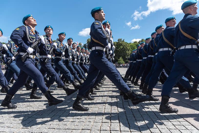 Прохождение парадных расчетов по площади Ленина