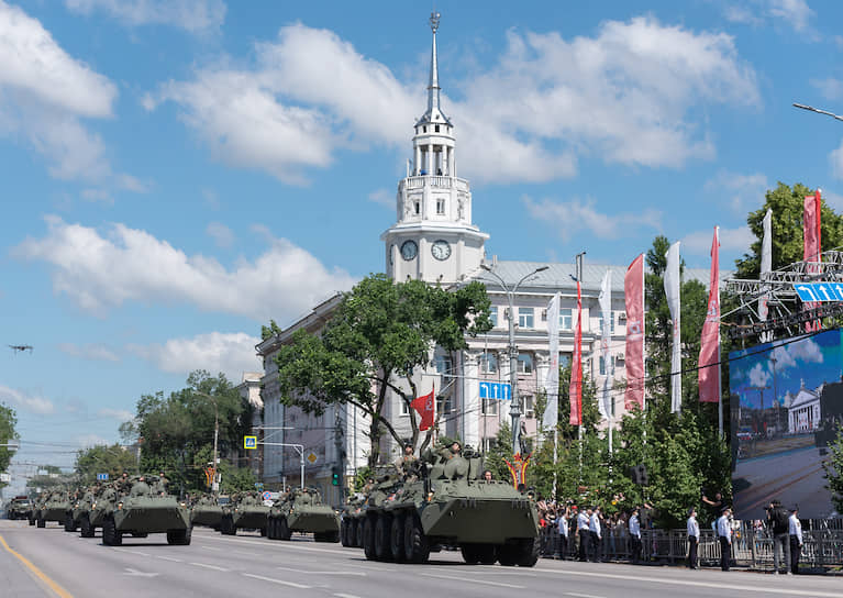 Прохождение боевой техники по площади Ленина