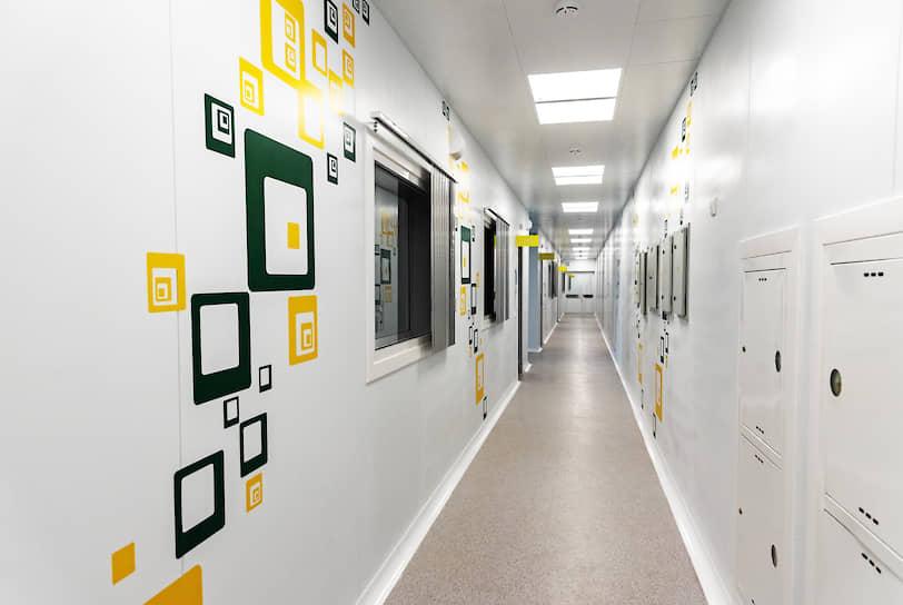 Здание центра длинное и одноэтажное: это вкупе со специальной системой очистки воздуха и управления его потоками позволяет минимизировать распространение вирусов по вентиляции