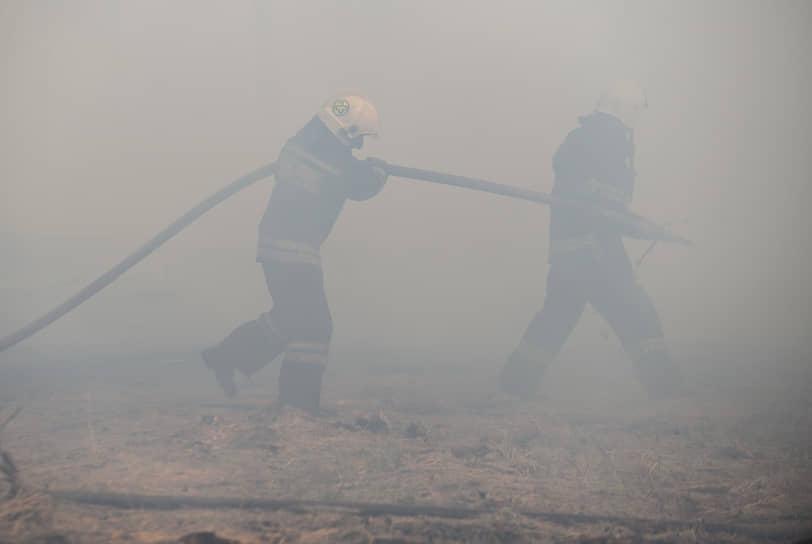 Около половины четвертого дня огонь в Новоподклетном перешел на жилые строения