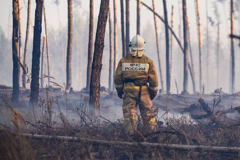 К восьми вечера огонь отодвинули от Новоподклетного. Впрочем, жители, еще днем вышедшие с лопатами выкапывать минерализованную полосу вдоль окраины поселка, по-прежнему собирались у ближайшего к лесу дома