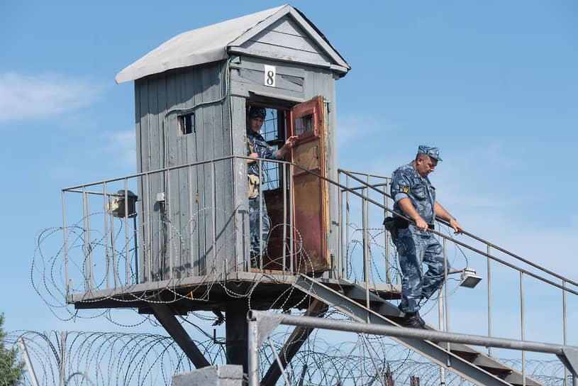 Первое, что встречает прибывших в колонию, это длинный забор с колючей проволокой и вышки с автоматчиками