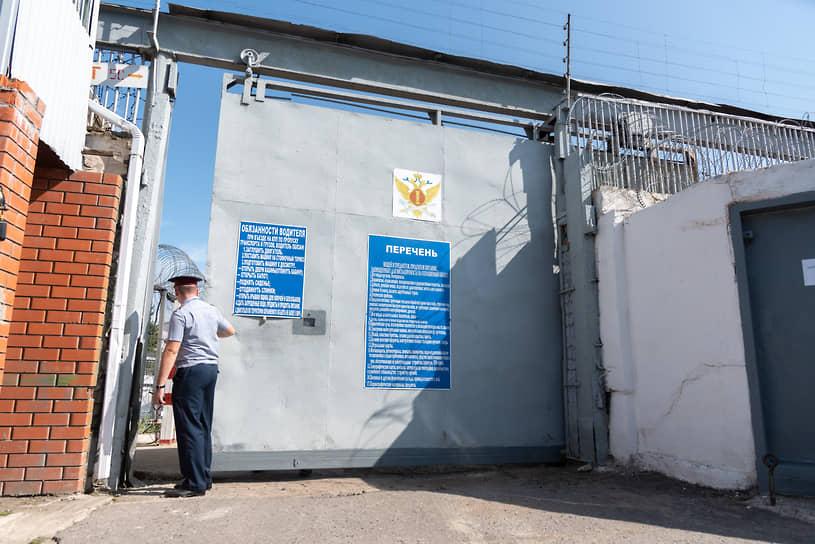 ИК № 4 находится на улице Привокзальная, 2а в Алексеевке. Возглавляет учреждение подполковник внутренней службы Александр Мальцев