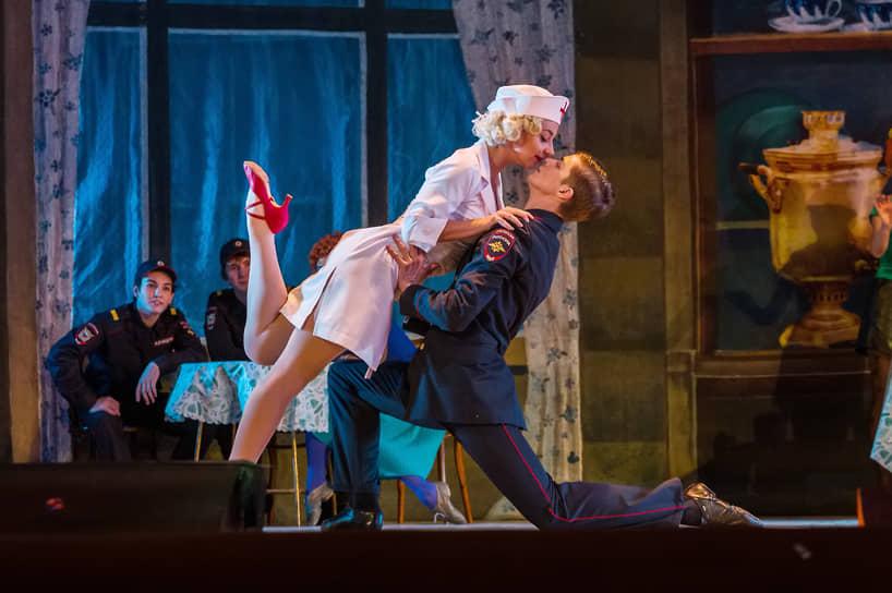 Сама хореография несложная, а помимо классических балетных элементов в нее включены танго, вальсы и мазурки