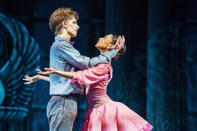 Постановку репетировали два состава, на премьерном показе главные партии исполнили Иван Негробов и Марта Луцко
