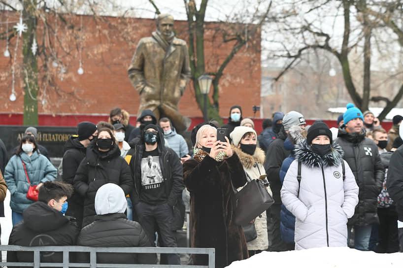 Примерно с 13:30 участники акции собирались у памятника писателю и журналисту Андрею Платонову на проспекте Революции — главной улице города.