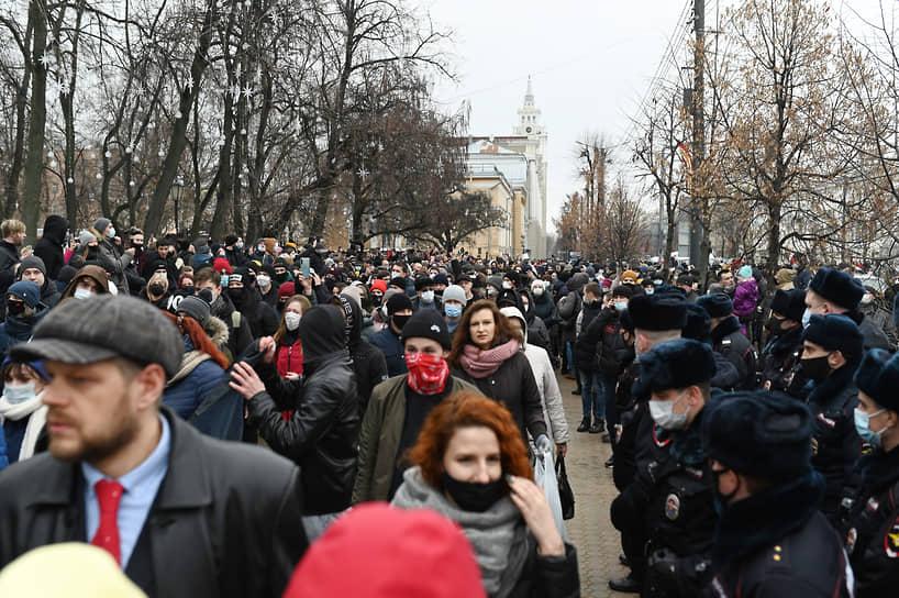 Они направились в сторону Никитинского сквера, но проспект Революции был заблокирован бойцами Росгвардии возле дома 36/38. Несколько протестующих попытались разомкнуть ряды силовиков, чтобы пройти по проспекту. Наиболее агрессивные из них были задержаны