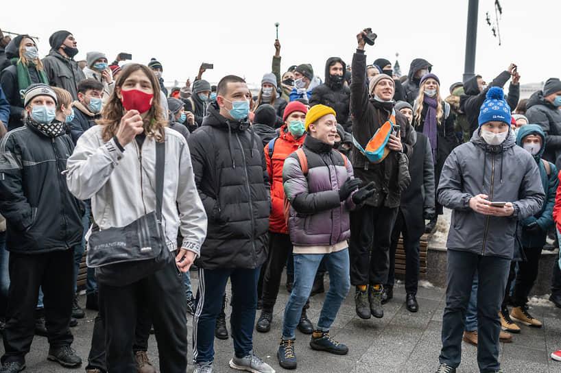 Участники акции обошли полицейский кордон и вместо Никитинского сквера направились на главную городскую площадь — площадь Ленина