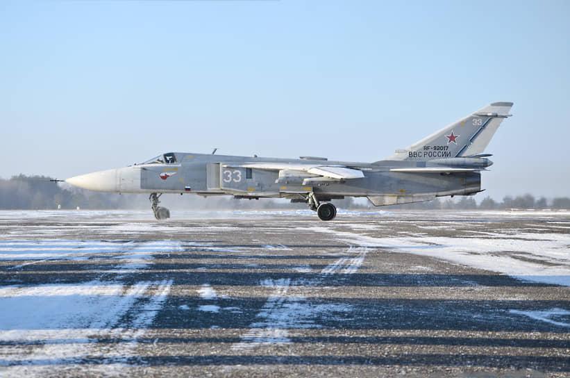 Фронтовой бомбардировщик Су-24М выруливает на взлетную полосу