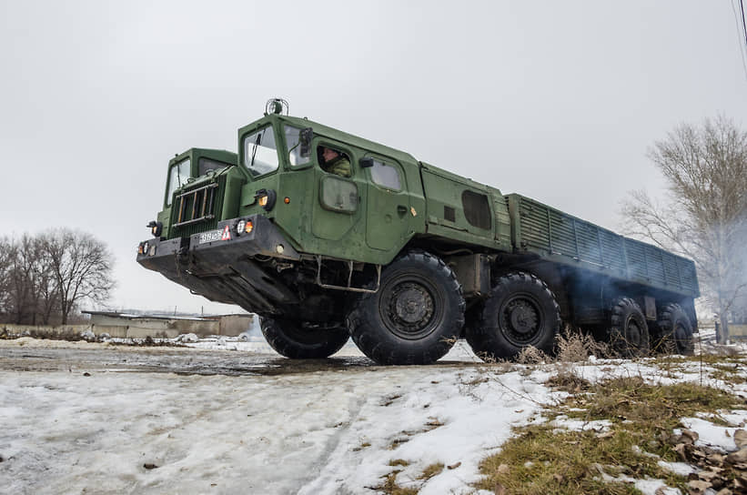 Тягач МАЗ-543 на автодроме учебной автомобильной бригады в Воронежской области во время занятий курсантов