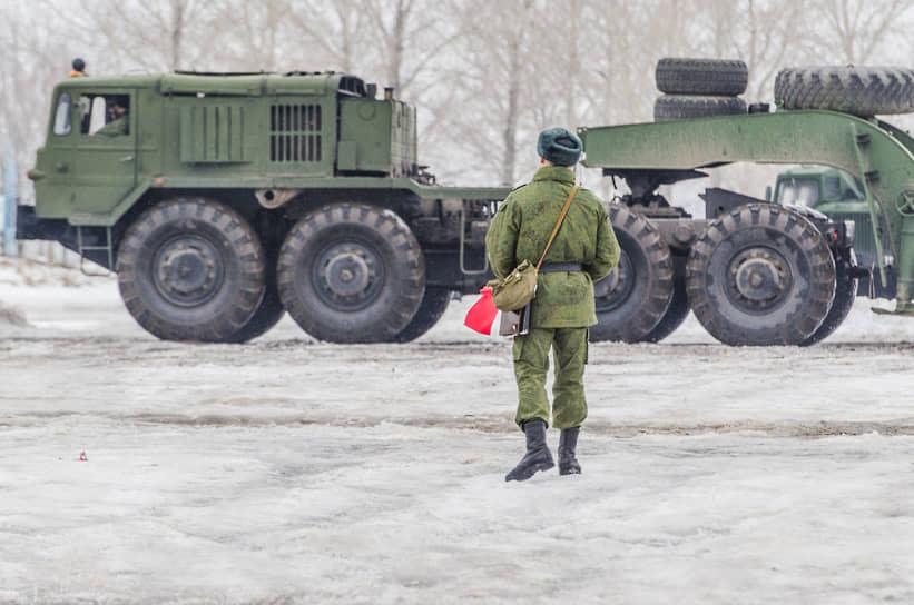 Седельный тягач для буксировки полуприцепов МАЗ-537 на автодроме учебной автомобильной бригады во время занятий курсантов в Воронежской области
