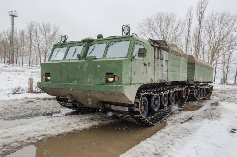 Двухзвенный вездеход на гусеничном ходу ДТ-10П на автодроме учебной автомобильной бригады в Воронежской области