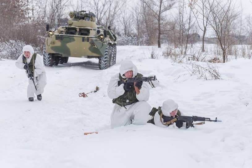 Инженерные войска в современных боевых действиях все чаще оказываются на передовой, принимают участие в штурмах и отражениях террористических атак. На фото — бойцы инженерно-саперного батальона во время тактико-специальных занятий на юге Воронежской области