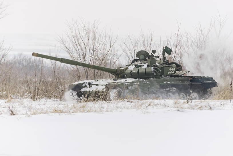 Экипаж танка Т-72Б3 выполняет учебную задачу в Воронежской области