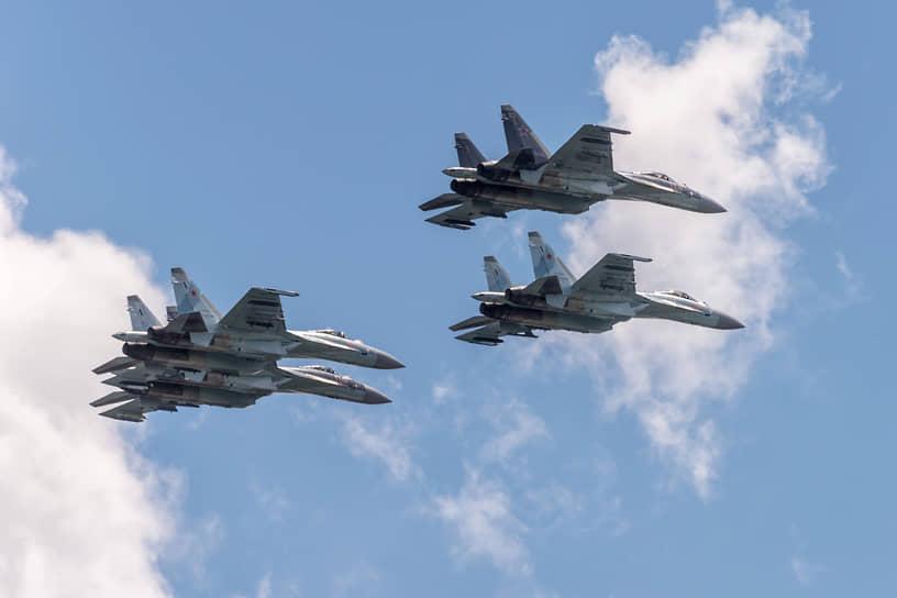 В течение нескольких лет в Воронежской и Липецкой областях проходили этапы конкурса летной выучки «Авиадартс». На них находилось место не только учебно-боевой работе, но и воздушным шоу. На фото — истребители Су-35C пилотажной группы «Соколы России»