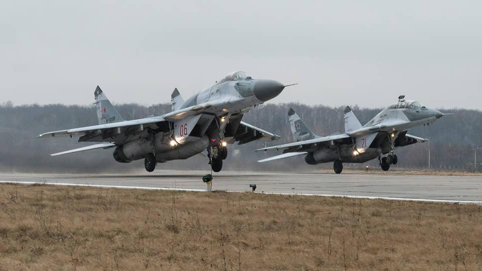 Парный взлет истребителей Миг-29СМТ авиационного полка, базирующегося в Курске