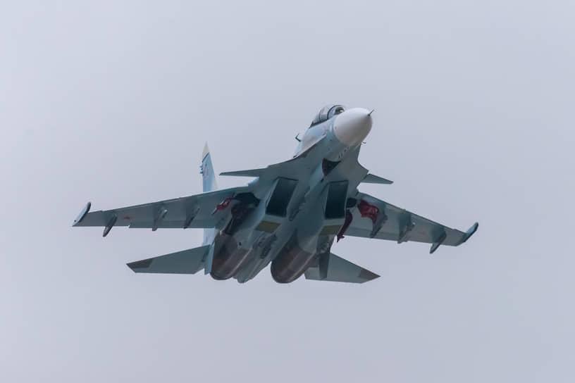 В пригороде Курска регулярно взлетают новые истребители Су-30СМ. Поднимая самолеты с аэродрома базирования, летчики выполняют учебные задачи от Астраханской области до Карелии