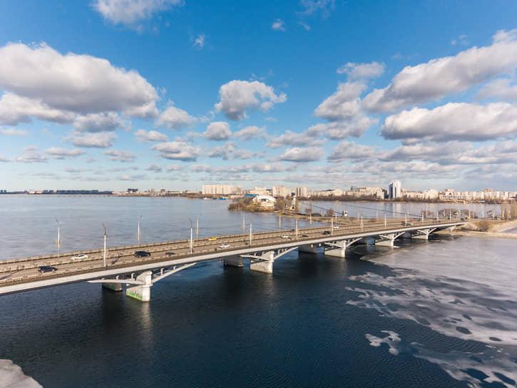 Ледоход на Воронежском водохранилище. Чернавский мост. Вид на левый берег и спортивный комплекс на дамбе
