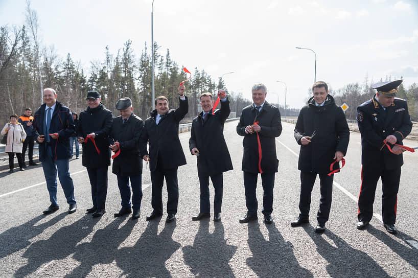 После того, как участники церемонии перерезали символическую красную ленту, по дороге прошла колонна спецтехники, движению по трассе официально было открыто.