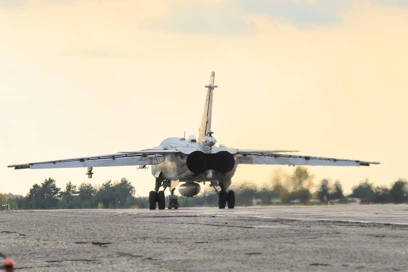 Всепогодный тактический самолет комплексной разведки Су-24МР на летном поле под Воронежем