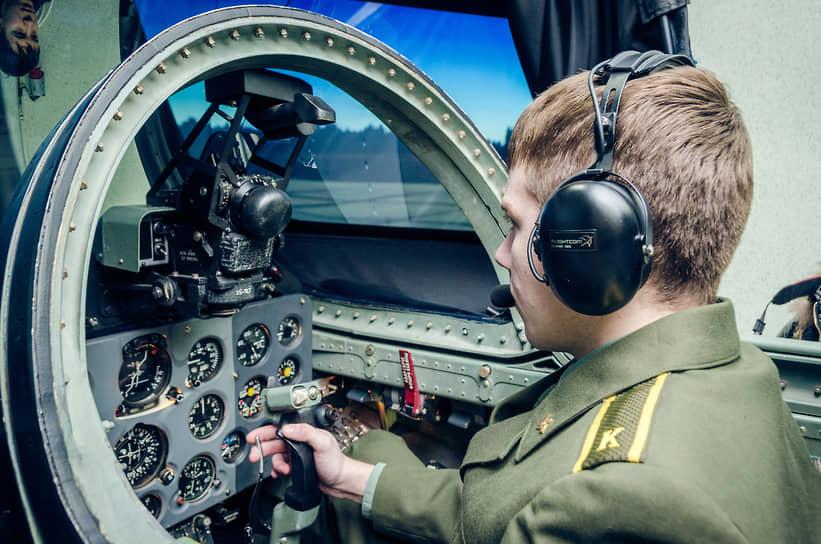 Курсант во время учебного занятия на авиационном тренажере в Воронежской области