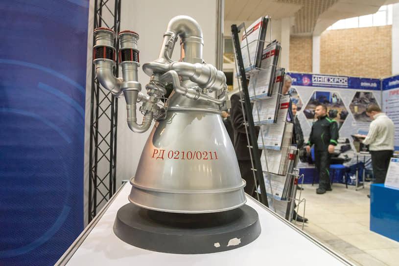 Макет жидкостного ракетного двигателя РД-0210/0211, который применяется на второй ступени ракеты-носителя «Протон» всех модификаций